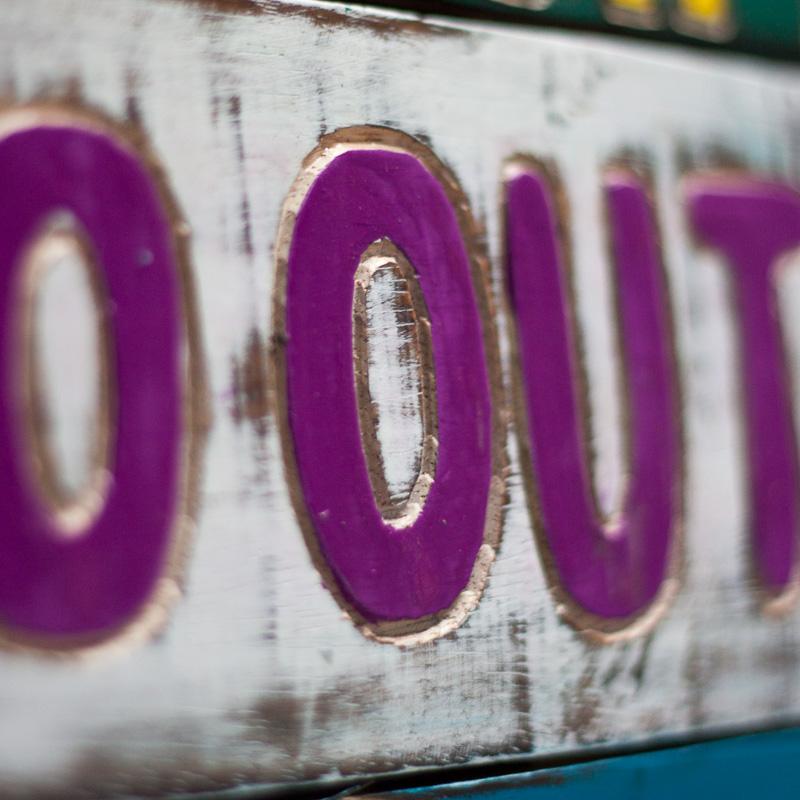 stop waiting for things to happen go out and make them happen rustiek hout rustiek tekst bord cadeau houten deco decoratie